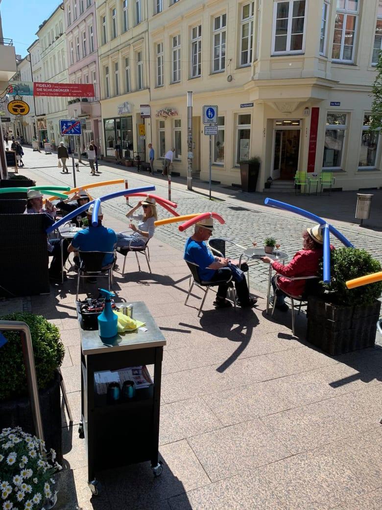 للحرص على الالتزام بالتباعد الاجتماعي بهذا المقهى بألمانيا.. هذا ما يجب أن ترتديه على رأسك
