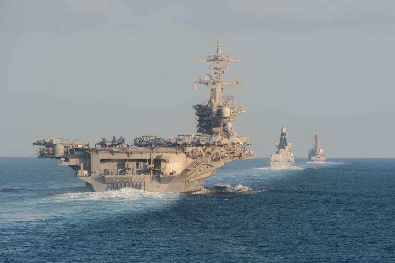 صورة أرشيفية لسفن حربية أمريكية تعبر مضيق هرمز في 19 نوفمبر 2019