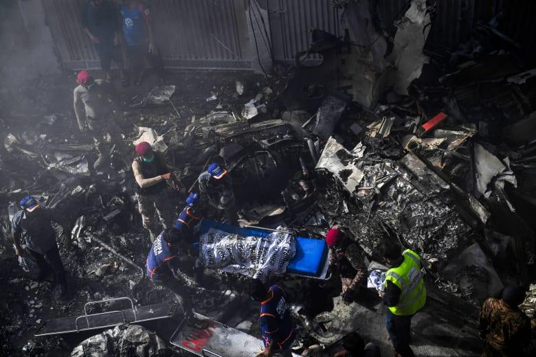 العثور على جثث 76 على الأقل من ضحايا تحطم الطائرة الباكستانية