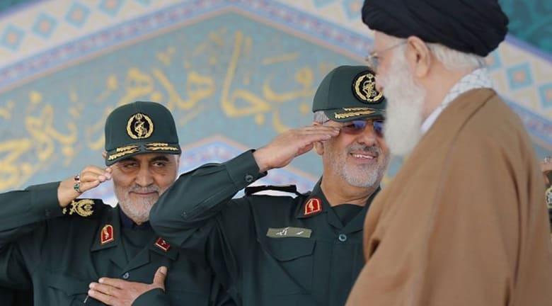 صورة أرشيفية تظهر قاسم سليماني (يسار) يؤدي التحية العسكرية للمرشد الأعلى علي خامنئي