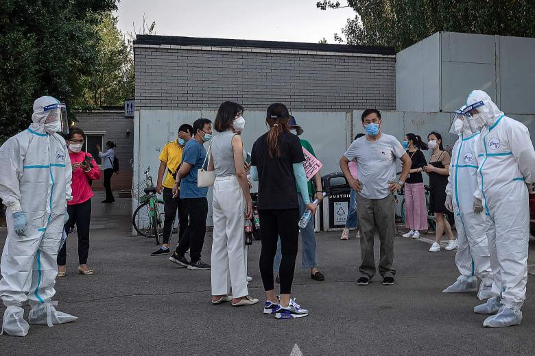 فرق طبية تجري اختباراتها للكشف عن إصابات جديدية بفيروس كورونا في العاصمة الصينية بكين