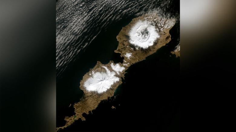 """صورة تُظهر فوهة البركان (في أعلى اليمين) في جزيرة """"أومناك"""" في ألاسكا."""