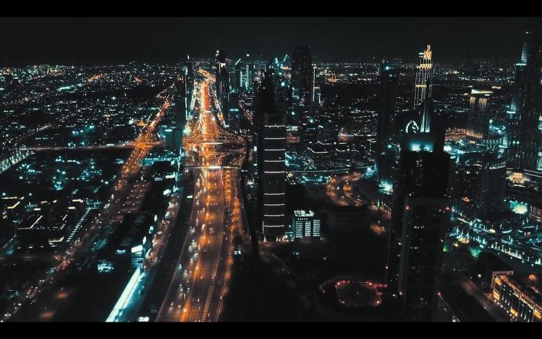 نابضة بالحياة.. أضواء الشوارع تنير دبي ليلاً وهكذا تبدو من السماء