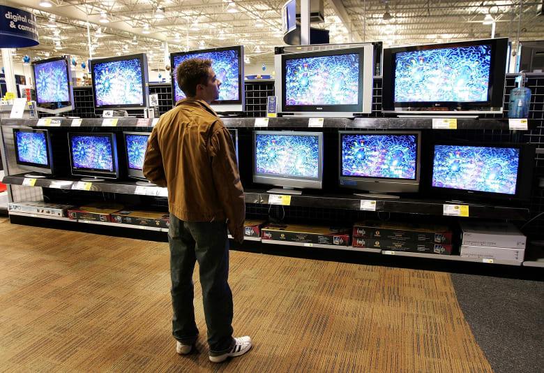 صورة أرشيفية لشخص في متجز تلفاز