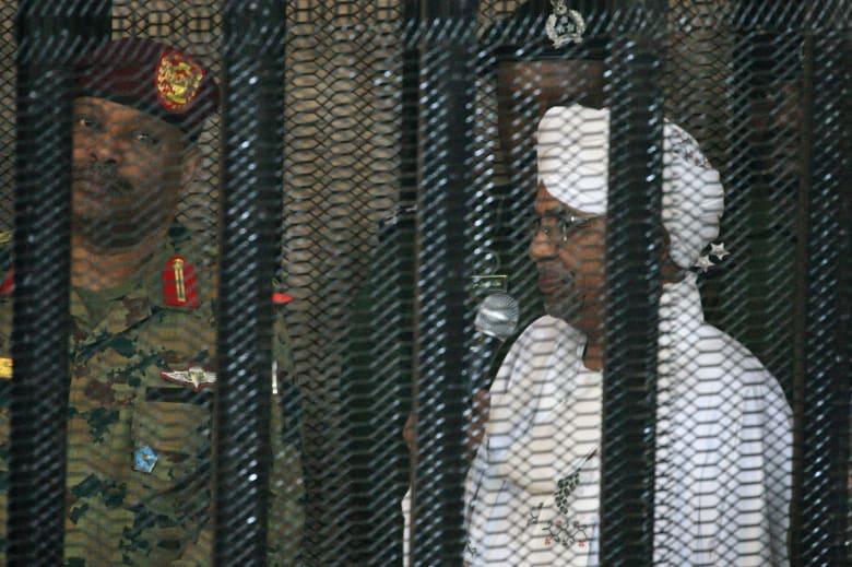 الرئيس السوداني المعزول عمر البشير يمثل أمام القضاء.. والإعدام سقف الأحكام