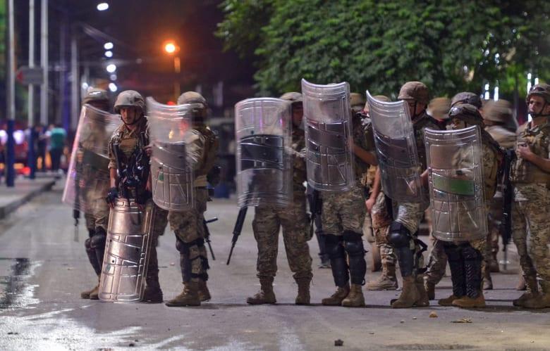 عناصر من الجيش اللبناني في مواجهة المتظاهرين خلال اشتباكات في وسط بيروت