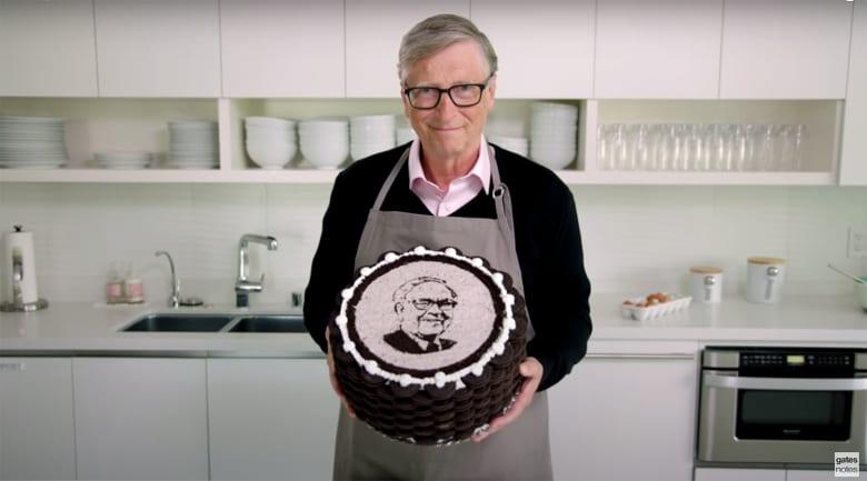 بيل غيتس يحتفل بعيد ميلاد وارن بافيت الـ90.. ماذا أهداه؟