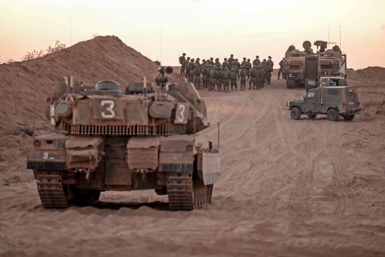 قوات وآليات عسكرية إسرائيلية بالقرب من الشريط الحدودي في قطاع غزة