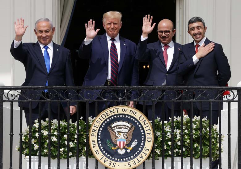 ممثلو الإمارات والبحرين وإسرائيل مع الرئيس الأمريكي خلال مراسم توقيع اتفاق السلام