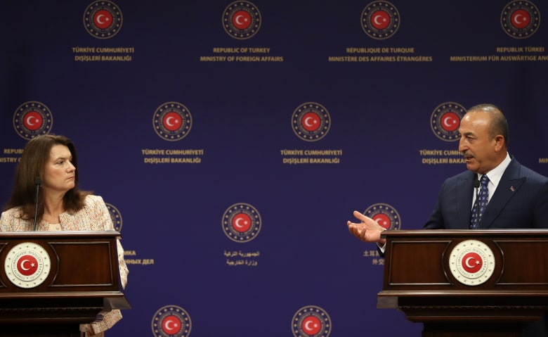 شجار على الهواء بين وزيري خارجية تركيا والسويد بسبب مطالبة أنقرة بالانسحاب من سوريا