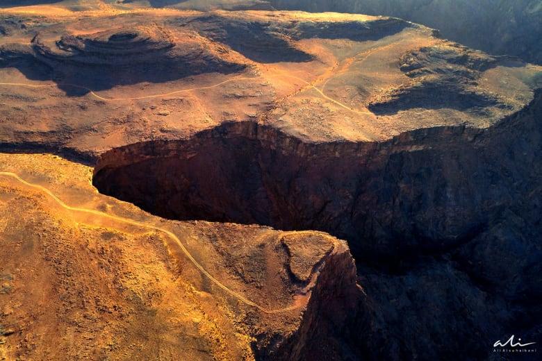 مشهد مهيب لصدع جبلي عميق انشق قبل آلاف السنين في السعودية