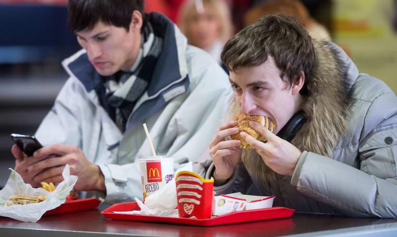 هل تكثرون من تناول الطعام بسبب القلق؟ إليكم 5 خطوات للسيطرة على ذلك