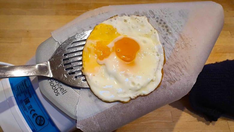 من صانعة القهوة إلى المكواة.. طاهي يصنع وجبات مبتكرة باستخدام أدوات من غرفته الفندقية فقط خلال الحجر الصحي