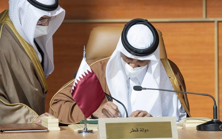 أمير قطر يوقع اتفاق بيان العلا