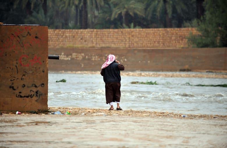 صورة ارشيفية (تعبيرية) لرجل سعودي يقف قرب سيل العام 2013 (الصورة ليست ذاتها للشهري في الفيديو المتداول)