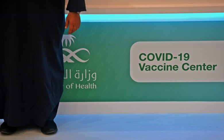 """أمير سعودي يجيب على اتهام بحصوله على """"واسطة"""" لتلقي لقاحا مضادا لفيروس كورونا"""