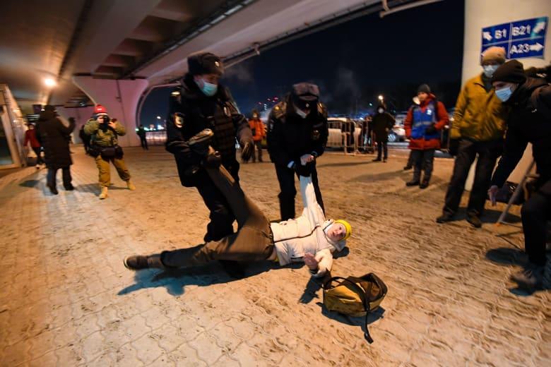 شرطة مكافحة الشغب الروسية تفرق مؤيدي زعيم المعارضة أليكسي نافالني الذي تجمعوا لاستقباله في مطار فنوكوفو بموسكو