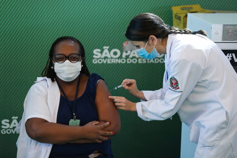 البرازيل تصرح لقاحين للاستخدام الطارئ لمكافحة فيروس كورونا
