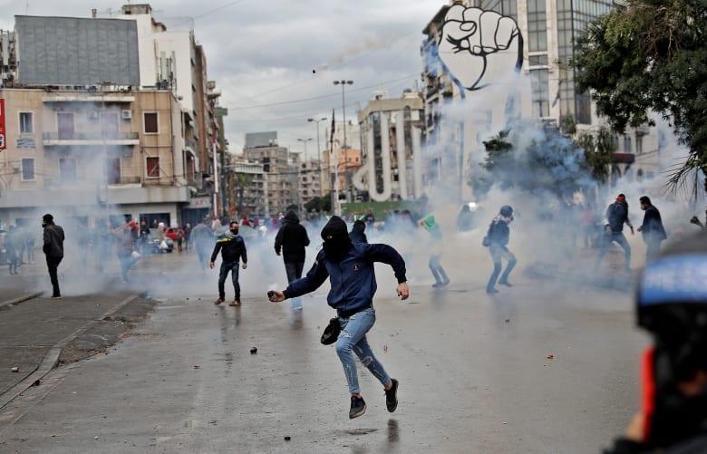 تواصل الاشتباكات بين محتجين وقوى الأمن في طرابلس لليوم الرابع