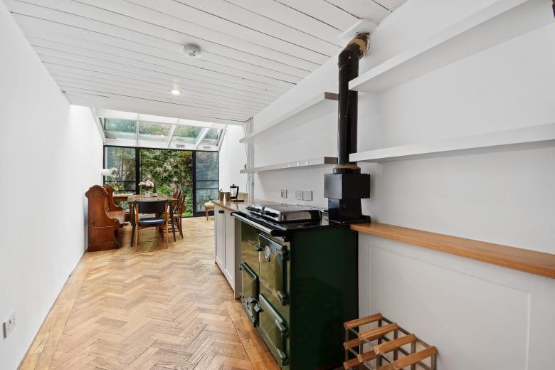 عرضه أقل من مترين..أضيق منزل في لندن يعرض للبيع مقابل 1.3 دولار