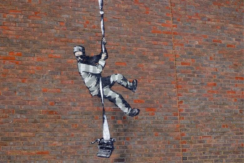 """تثير الغموض..هل يقف بانكسي وراء لوحة """"الهروب من السجن"""" على جدار سجن بريطاني؟"""