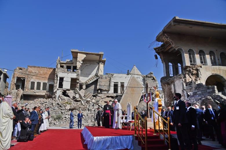 مشهد مختلف عن أي مكان زاره البابا فرنسيس بالعراق.. هكذا كانت أجواء كنيسة قره قوش التي دمرها داعش
