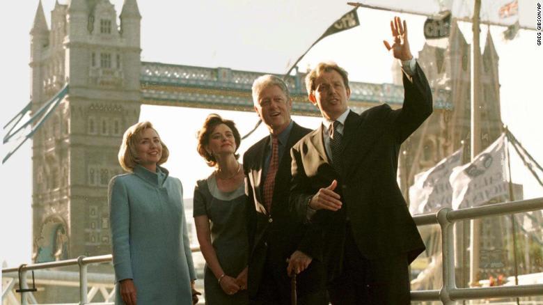 """رفض تناول الشاي مع الملكة ليكون """"سائحًا""""..هذا ما فعله بيل كلينتون في زيارته لبريطانيا عام 1997"""