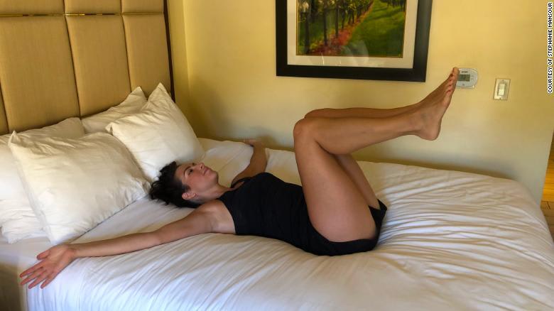 أنهِ يومك بتمارين الإطالة للحصول على نوم أفضل في الليل