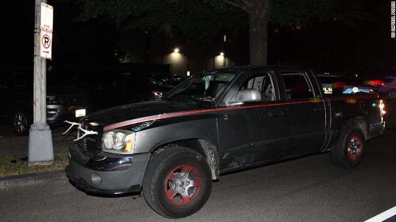 """الشرطة الأمريكية تعتقل شخصًا مسلحًا بـ""""حربة ومنجل وسكاكين"""" قرب مقر الحزب الديمقراطي"""