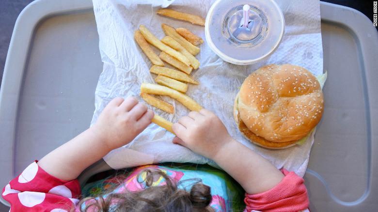 لماذا يتزايد عدد الأطفال الذين يتناولون الأطعمة السريعة خلال جائحة فيروس كورونا؟