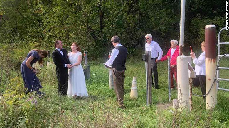 عروس تتزوج على الحدود بين كندا وأمريكا بعد 35 عاما من لقائها الأول بحبيبها
