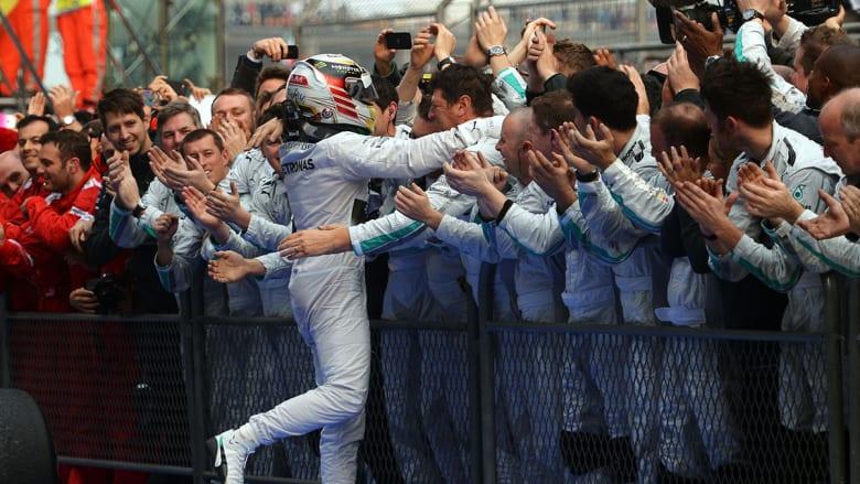 """""""لويس هاميلتون"""" يحتفل بفوزه للمرة الثالثة على التوالي بالجائزة الكبرى في سباق فورمولا الصيني."""