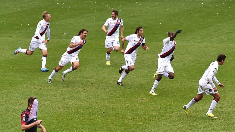 """فريق كاغلياري الإيطالي بعد تسجيل هدفه الثاني في مرمى فريق جنوا  من تسديده لـ """"فيكتور إيبارو""""."""
