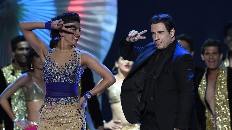 جون ترافولتا يؤدي رقصة هندية مع بريانكا شوبرا على المسرح.
