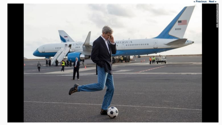 وزير الخارجية الأمريكي، جون كيري، في جزيرة سال خلال جولة في أفريقيا.