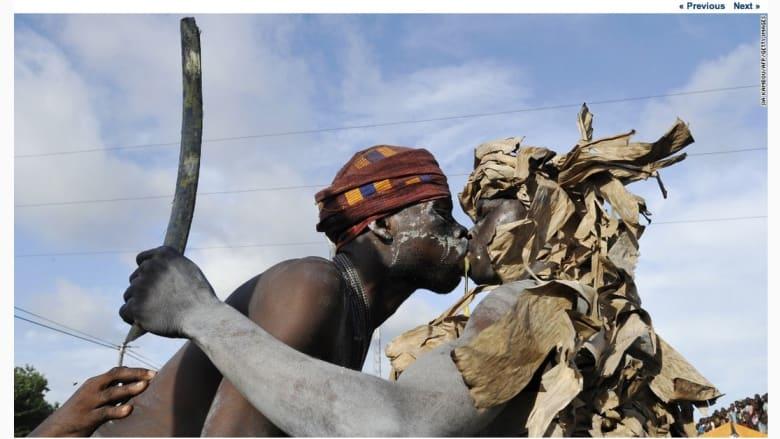 """شبان من قبيلة """"أبوري""""  يؤديان رقصة المحارب خلال عرض في كرنفال بوبو في بونوا."""