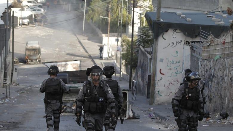 عدد من قوات الأمن الإسرائيلية ينتشرون في شارع بالقدس خلال مواجهات مع الفلسطينيين شرقي المدينة.