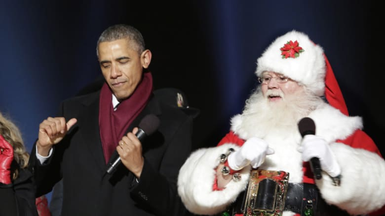 """الرئيس الأمريكي يغني مع """"بابا نويل"""" اثناء إضاءة شجرة الميلاد في واشنطن دي سي"""