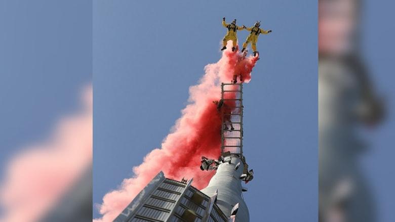 الشيخ حمدان في قفزة من أعلى برج خليفة
