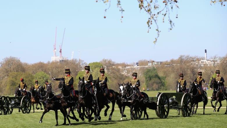 بالصور.. الملكة إليزابيث تحتفل بعيد ميلادها بالخيالة والمدفعية