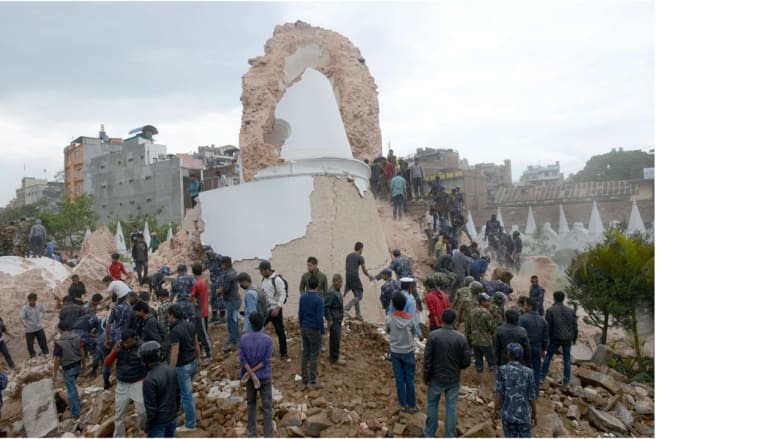 انهيار برج أثري يعود إلى القرن التاسع عشر، في العاصمة النيبالية كاتماندو، 25 أبريل/ نيسان 2015