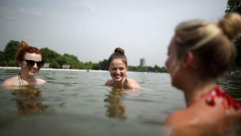 أين يذهب البريطانيون للسباحة بالصيف؟ تعرفوا على أول بركة خارجية للاستعمال العام