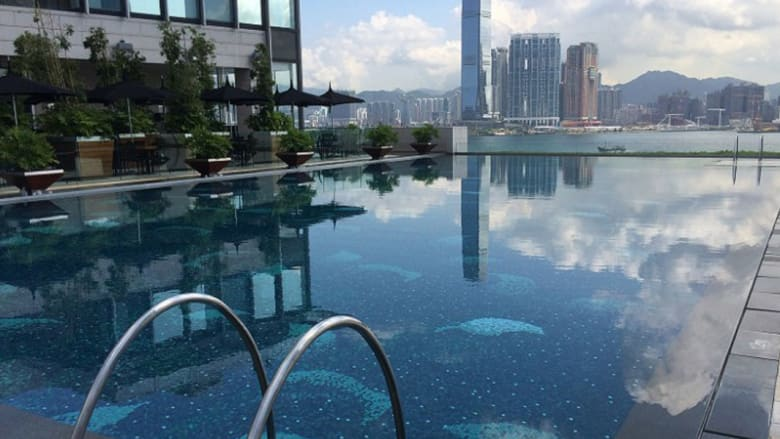أعلاها يقع في الطابق الـ118..هذه أجمل حمامات السباحة في هونغ كونغ
