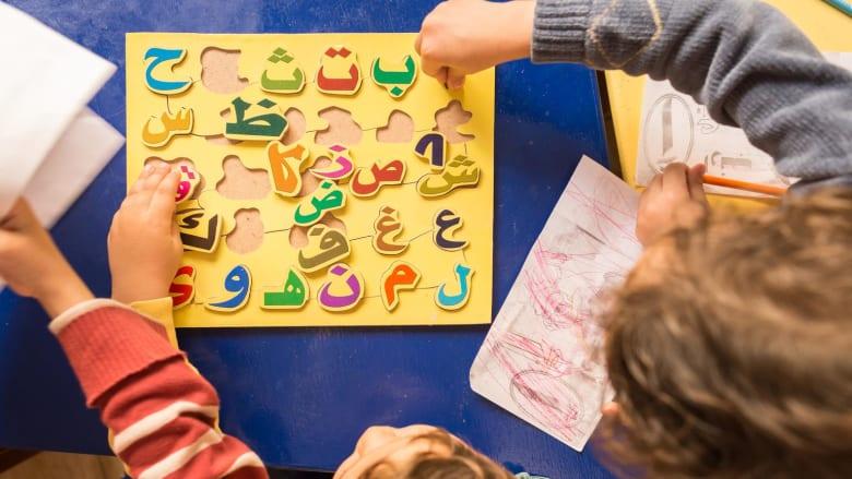 صورة وزعتها منظمة يونيسيف لأطفال سوريين يتعلمون اللغة العربية في أحد مخيمات اللجوء
