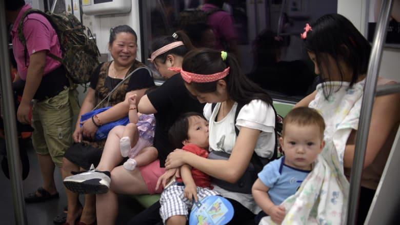 صورة لامرأة تُرضع طفلها في قطار بكين تثير عاصفة من الجدل بالصين