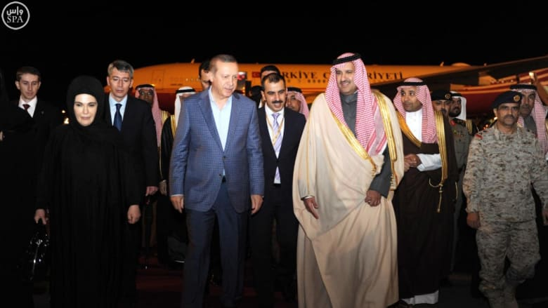 بالصور: رجب طيب أردوغان مع زوجته أمينة في المسجد النبوي بعد العمرة بمكة