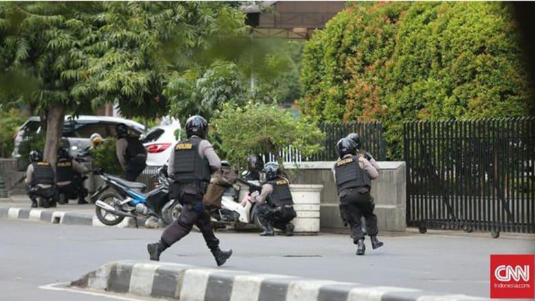 قوات الأمن الإندونيسية خلال مداهمتها موقع الانفجار