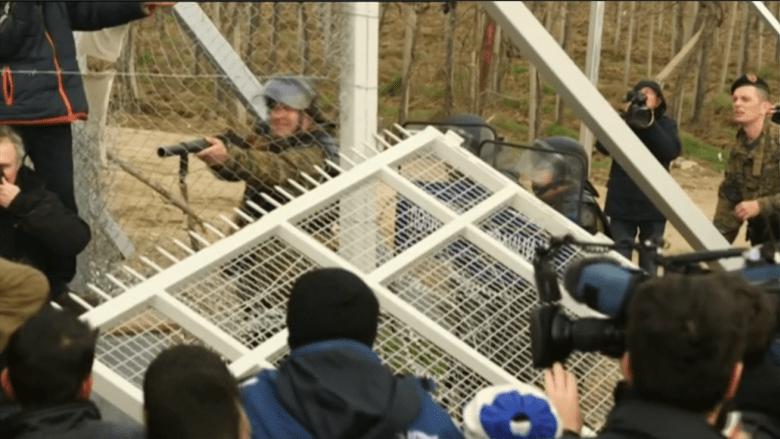 بالفيديو: الفوضى تعم الحدود المقدونية اليونانية وميركل تحذر من ذلك