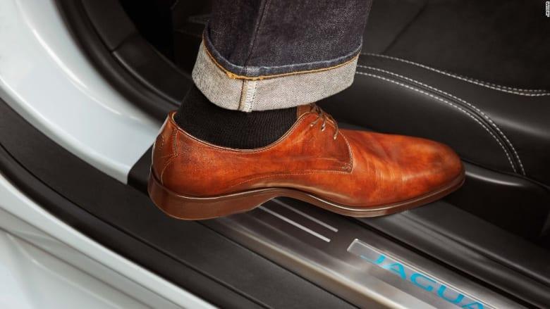 """أحذية """"جاغوار"""" وعطر """"بنتلي""""... تصاميم بتوقيع صناع السيارات"""