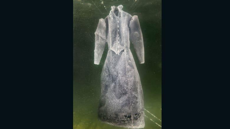 """من أعماق البحر الميت.. فستان """"خيالي"""" مكسو بحبيبات كريستالية"""